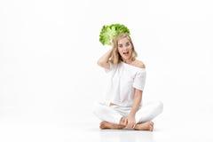 Piękna blond kobieta trzyma świeżej zielonej sałatki na białym tle w białej bluzce diet zdrowie Obraz Stock