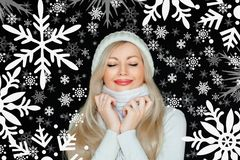 Piękna blond kobieta w kapeluszu i szaliku białym, trykotowym, Na czarnym tle z płatkami śniegu Zimy przytulność zdjęcia stock