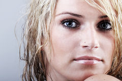 Piękna blond kobieta z ponurym enigmatycznym spojrzeniem Obrazy Stock
