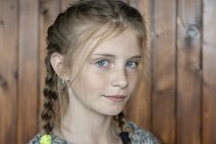 Piękna blond młoda dziewczyna z piegami indoors na drewnianym tle, zbliżenie portret fotografia royalty free