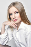 piękna blond seksowna kobieta Dziewczyna z perfect ciała obsiadaniem na stolec Piękny długie włosy i nogi, gładka czysta skóra, s obraz stock