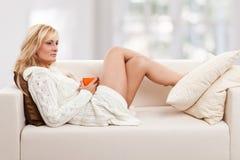 piękna blondie kanapy kobieta zdjęcia royalty free