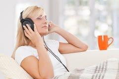 piękna blondie słuchająca muzyczna kobieta zdjęcie royalty free