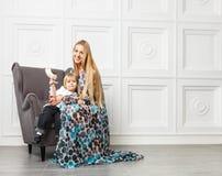 Piękna blondyn matka z małą córką Zdjęcia Royalty Free