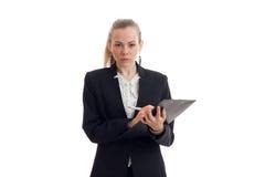 Piękna blondynek busniess kobieta patrzeje kamerę w mundurze z pastylką w ona ręki Zdjęcie Stock
