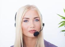 Piękna blondynka, żeński obsługa klienta operator używa słuchawki Obraz Royalty Free