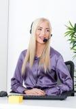 Piękna blondynka, żeński obsługa klienta operator używa słuchawki Zdjęcie Royalty Free