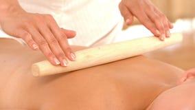 Piękna blondynka cieszy się bambusowego rolkowego masaż zbiory wideo