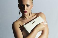 piękna blondynka kobieta mod ludzie Elegancka dziewczyna z bielu sprzęgłem Biała panny młodej suknia Zdjęcia Stock