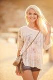 Piękna blondynka na ulicie miasto Fotografia Royalty Free