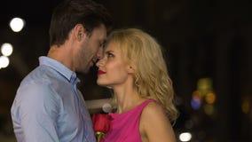 Piękna blondynka patrzeje jej mężczyzna z oczami pasja i kuszenie pełno zbiory