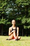 Piękna blondynka rozciąga outdoors Zdjęcie Royalty Free