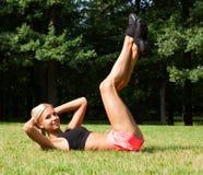 Piękna blondynka rozciąga outdoors Obrazy Royalty Free
