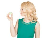 Piękna blondynka trzyma kremowego słój w ręce Fotografia Stock