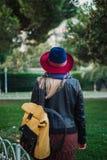 Piękna blondynka włosy kobieta cieszy się wiosnę w zieleń parku fotografia stock