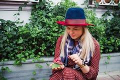 Piękna blondynka włosy kobieta cieszy się wiosnę w zieleń parku obrazy stock