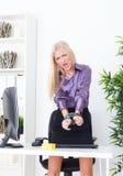 Piękna blondynka w Biurowej ręce wiązał druciany UTP Zdjęcia Royalty Free