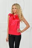 Piękna blondynka w czerwonej bluzce. obrazy royalty free