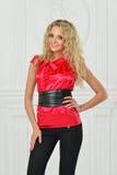 Piękna blondynka w czerwonej bluzce. fotografia stock