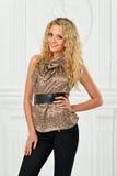 Piękna blondynka w lamparta druku bluzce. zdjęcie stock