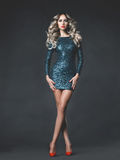 Piękna blondynka w sequined sukni Fotografia Stock