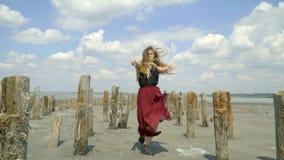 Piękna blondynka w sukni delikatnie patrzeje z powrotem skinącą dla i zbiory wideo