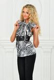 Piękna blondynka w sukni wieczorowej. obraz stock