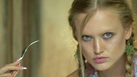 Piękna blondynka z tajemniczym spojrzeniem zbiory