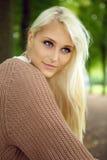 piękna blondynki błękit przyglądający się Zdjęcia Royalty Free