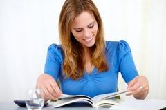 piękna blondynki bluzki błękit kobieta Obrazy Stock