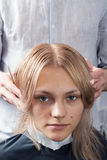 Piękna blondynki dziewczyna ma jej ostrzyżenie w fryzjerstwo salonie Fotografia Stock