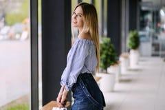 Piękna blondynki dziewczyna pozuje portret indoors fotografia stock