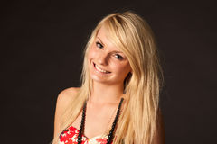 Piękna blondynki dziewczyna pozuje w studiu Zdjęcia Stock