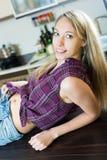 Piękna blondynki dziewczyna przy kuchnią Zdjęcia Royalty Free