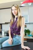 Piękna blondynki dziewczyna przy kuchnią Zdjęcie Stock