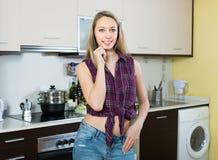 Piękna blondynki dziewczyna przy kuchnią Obraz Stock