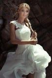 Piękna blondynki dziewczyna w ślubnej sukni Zdjęcie Royalty Free