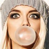 Piękna blondynki dziewczyna w beanie kapeluszu z smokey okiem uzupełniał czego Fotografia Royalty Free