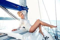 Piękna blondynki dziewczyna w w dobrym stanie z długimi ciemnego włosy i dębnik skóry czerwonymi wargami w moda pływackiego apart Obrazy Royalty Free