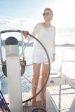 Piękna blondynki dziewczyna w w dobrym stanie z długimi ciemnego włosy i dębnik skóry czerwonymi wargami w moda pływackiego apart Zdjęcia Stock