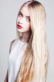 Piękna blondynki dziewczyna z długie włosy i zielonymi oczami Obrazy Stock