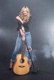 Piękna blondynki gwiazda rocka na scena śpiewie Obraz Stock