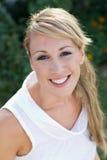 Piękna blondynki kobieta bierze fotografię w plenerowym Fotografia Royalty Free