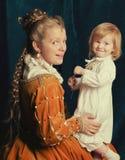 Piękna blondynki kobieta jest ubranym renaissance suknię bawić się z Li Zdjęcie Royalty Free