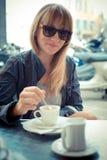 Piękna blondynki kobieta ma śniadanie przy barem Obraz Stock