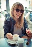 Piękna blondynki kobieta ma śniadanie przy barem Fotografia Stock