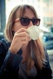 Piękna blondynki kobieta ma śniadanie przy barem Obrazy Stock