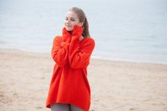 Piękna blondynki kobieta na plaży jest chłodno zdjęcie stock