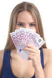 Piękna blondynki kobieta uśmiecha się mnóstwo pięćset euro banknotów i trzyma Obrazy Royalty Free
