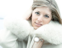 Piękna blondynki kobieta w białym futerkowym żakiecie Fotografia Royalty Free